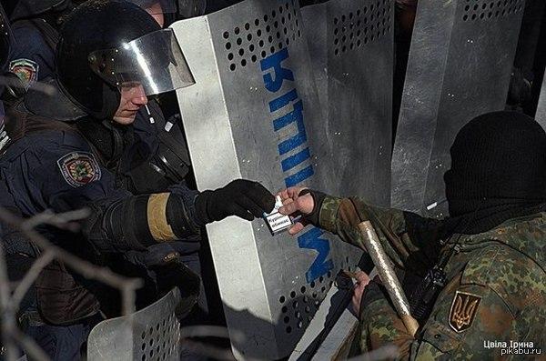Бандеровец очень медленно убивает милиционера
